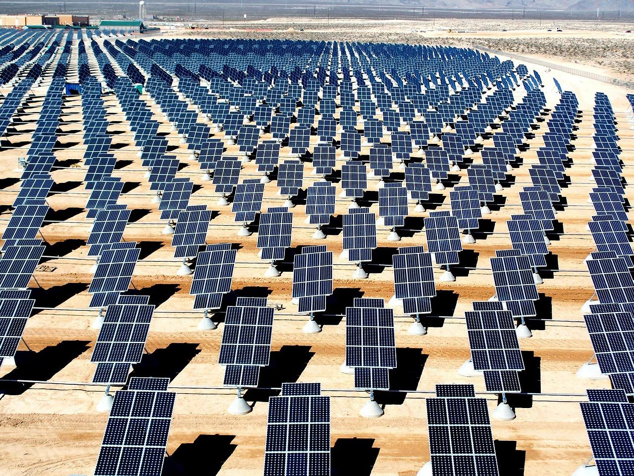 AleaSoft - Planta fotovoltaica arreglo paneles solares